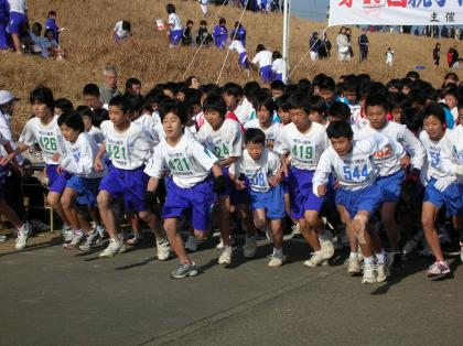 88b1df45cb 先週の日曜日、清水町狩野川河川敷の運動公園で駅伝競走大会・マラソン大会が開催されました。 昨年暮れにホームページに練習の様子を掲載しましたが、